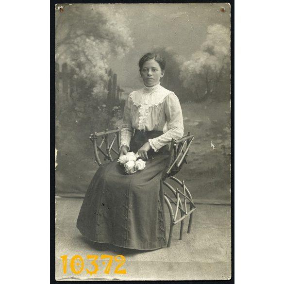 Ruzicska Gyula műterme, Metzger Juliska portréja, elegáns hölgy virágokkal, Debrecen, 1900-as évek Eredeti fotó, papírkép.