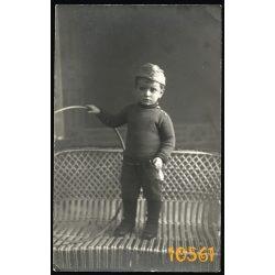 kisfiú katonasapkában, játék, kürt, karika, Lux műterem, 1910-es évek, Budapest, Eredeti fotó, papírkép.