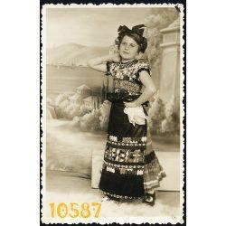 Sátoraljaújhely, lány népviseletben, különös háttér,  1930-as évek, Magyarország,  Eredeti fotó, papírkép.