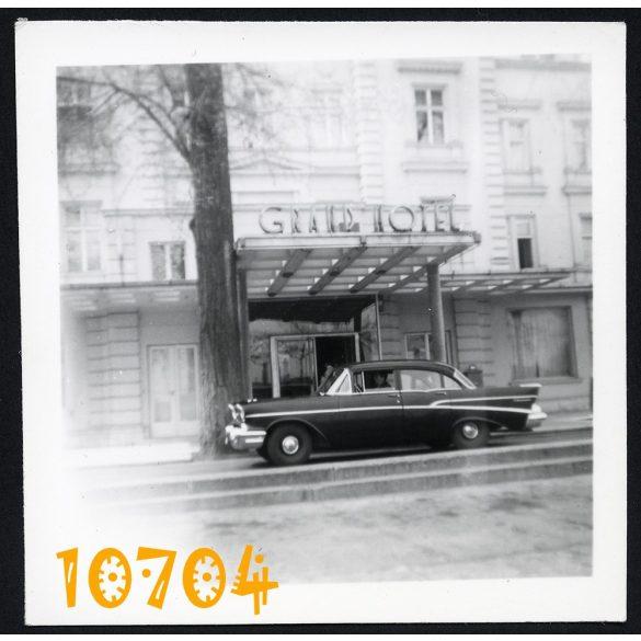 Grand Hotel, Budapest, Margit-sziget, Chevrolet 210 4door sedan, jármű, közlekedés, 1960-as évek, Eredeti fotó, papírkép.