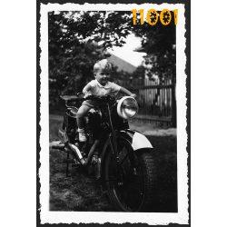 NSU motorkerékpár, jármű, közlekedés, kisfiú motoron, 1930-as évek, eredeti fotó, papírkép.