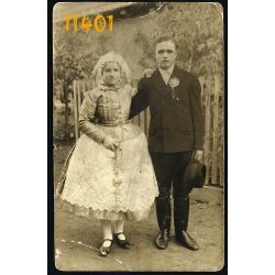 Fiatal pár nápviseletben, kalap, falu, divat, ünnep, 1920-as évek, Eredeti fotó, papírkép, behajlott sarokkal.