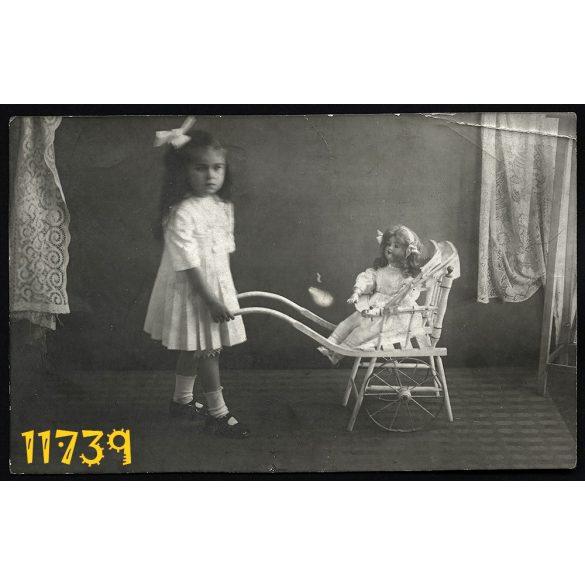 Játék babakocsi, baba, masni, kislány műteremben, 1913, Eredeti fotó, papírkép.