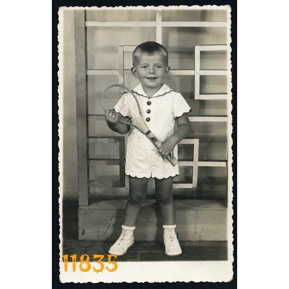 """""""Fotó"""" műterem, Ózd, kisfiú teniszütővel, sport, különös modern háttér, gyerek, 1930-as évek, Eredeti fotó, papírkép."""