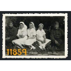 Magyar katonák ápolónőkkel, 2. világháború, egyenruha, kórház, 1940-es évek, Eredeti fotó, papírkép.