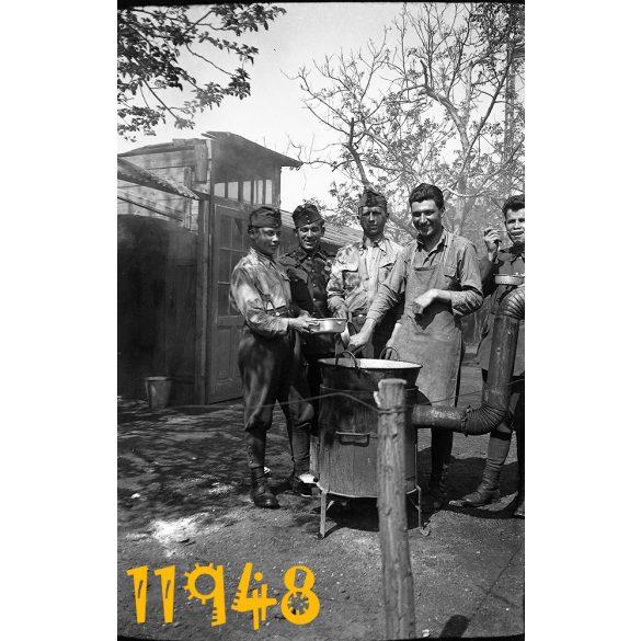 Eredeti fotó negatív! magyar katonák főznek, egyenruha, kondér, hadtáp, II. világháború 1940-es évek,