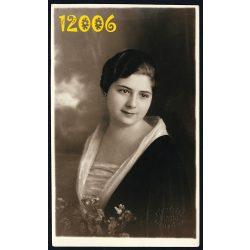 Blahos R. műterem, elegáns hölgy virágcsokorral, Budapest, 1920-as évek, Eredeti fotó, papírkép.