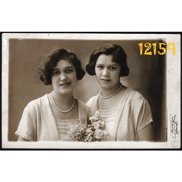 Faragó műterem, Újpest, elegáns hölgyek gyöngysorral, virággal, 1927, 1920-as évek, Eredeti fotó, papírkép.