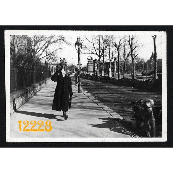 Eredeti fotó, papírkép. kalapemelve. Budapest, Andrássy út, Hősök tere, elegáns férfi, motorkerékpár oldalkocsival, város, jármű, közlekedés 1930-as évek