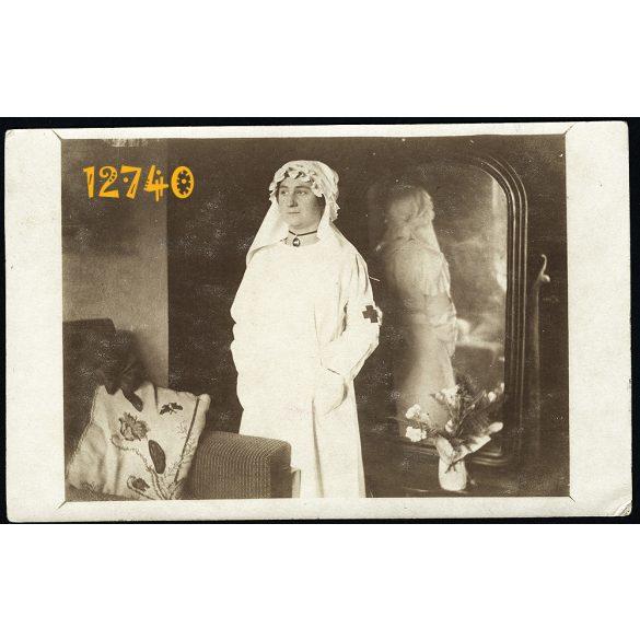 Ápolónő (?) orvos (?) fehér köpenyben a tükör előtt, vörös kereszt, tükröződés  1910-as évek, Eredeti fotó, papírkép.