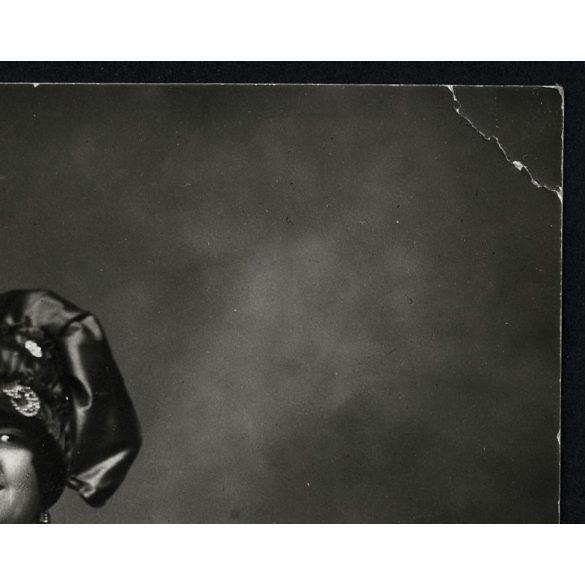 Nő különös kendőben, Kalocsa, Madarász műterem, népviselet, ékszer, nyaklánc, fülbevaló, 1929, Eredeti fotó, papírkép.