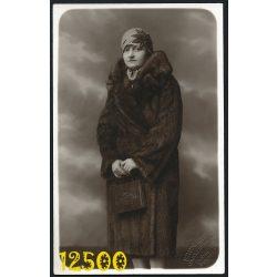 Brunhuber műterem, Budapest, elegáns hölgy bundában, retikül, kalap, 1920-as évek, Eredeti fotó, papírkép.
