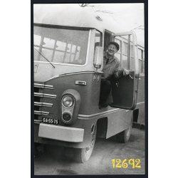 Eredeti fotó, papírkép. Ikarus AMG-408 autóbusz a sofőrjével, I.telep 1961. Székesfehérvár (?), jármű, közlekedés, autóbusz