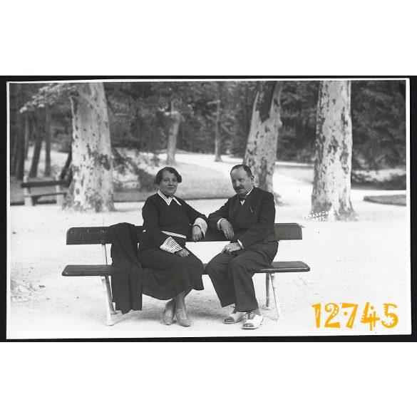 Parádfürdő, üdülő, fürdőhely, elegáns pár padon, 1935., 1930-as évek, eredeti fotó, papírkép.