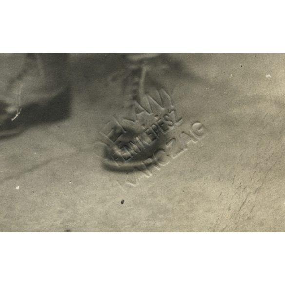 Dékány műterem, Karcag, kisfiú sapkában, játék lóval, 1920-es évek, Eredeti fotó, papírkép.