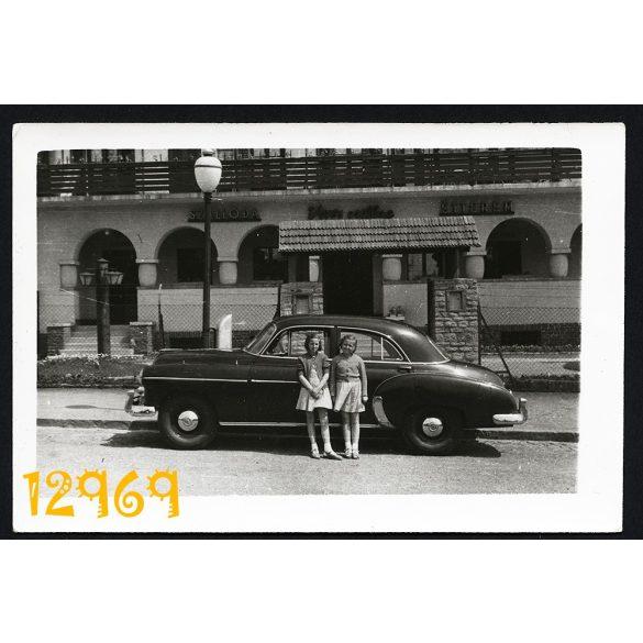 Vörös Csillag Szálló, Étterem Budapest XII. kerület, autó Chevrolet DeLuxe, jármű, közlekedés, város 1950-es évek, Eredeti fotó, papírkép.