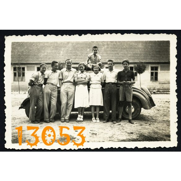 Tatárszentgyörgy, fiúk, lányok Mercedes gépkocsival, autó, jármű, közlekedés, 1939. Eredeti fotó, papírkép.