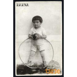 Barna műterem, kisfiú karikával, labdával, játék, 1910-es évek, Eredeti fotó, papírkép.