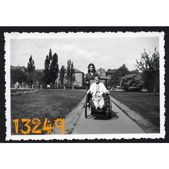 Tolókocsiban. Budapest, Tisza Kálmán tér (Köztársaság tér), város  1930-as évek Eredeti fotó, papírkép.