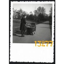Lány babakocsival, Budapest, Városliget, copf, 1942, 1940-es évek, Eredeti fotó, papírkép.