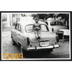 Kisfiú Moszkvics személygépkocsin, autó, jármű, közlekedés, 1960-as évek, Eredeti fotó, papírkép.
