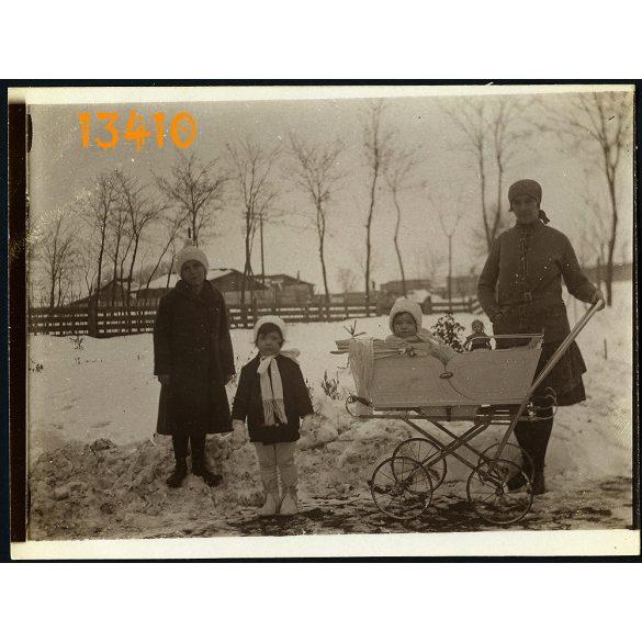 Gyerekek babakocsival, baba, játék, tél, tanya, Berettyóújfalu környéke, 1932. január 6., 1930-as évek, eredeti fotó, papírkép.