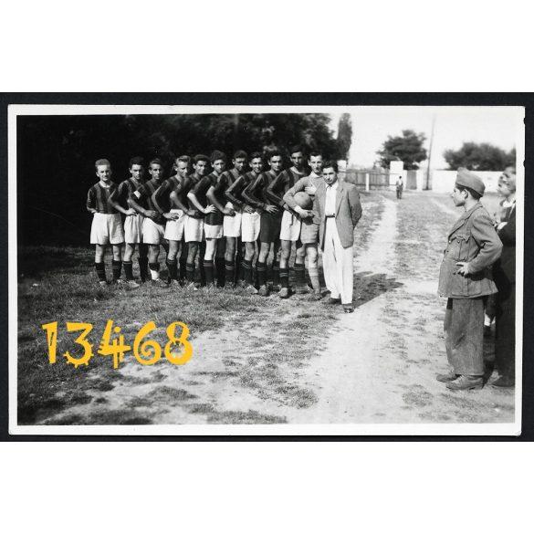 Eredeti fotó, papírkép. Focicsapat, sport, Tétény, Budatétény, Budapest, 1950.  méret megközelítőleg (centiméterben): 5.5 x 8.5