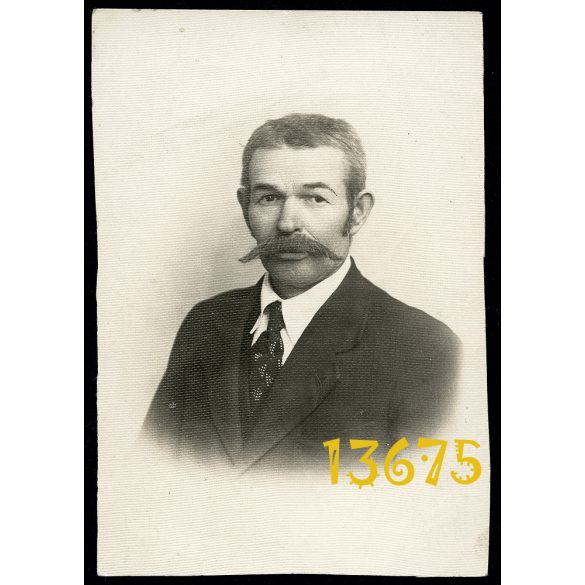 Ábrahám műterem, Miskolc, elegáns úr hatalmas bajusszal,  1900-as évek, Eredeti fotó, papírkép.