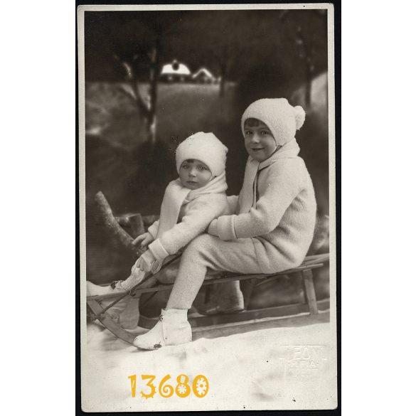 Leon H. és fia műterem, Budapest, gyerekek szánkón, tél, télikabát, sapka, különös háttér, 1920-as évek, Eredeti fotó, papírkép.