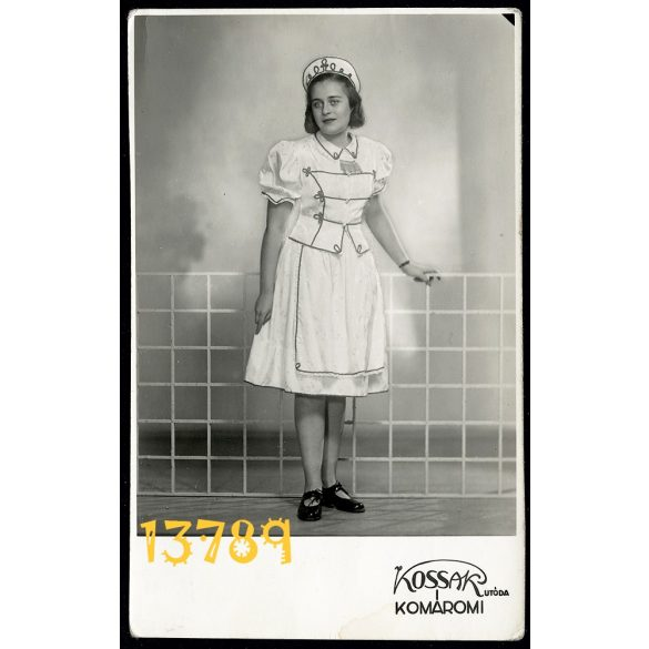Kossak utóda Komáromi műterem Budapest, lány népviseletben, modern háttér, 1930-as évek, Eredeti fotó, papírkép.