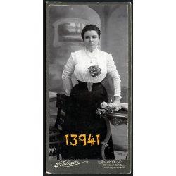 Kalmár műterem, elegáns hölgy virágokkal, rózsa, Budapest, portré, 1900-as évek, Eredeti kabinet fotó.