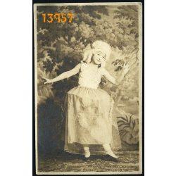 Fischer műterem, Nagyszeben, Sibiu, Hermannstadt, Erdély, kislány kosztümben, különös háttér, 1920-as évek, Románia, Eredeti fotó, papírkép.
