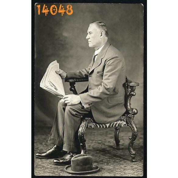 Elegáns férfi különös székben, újság, kalap, sajtó, műterem, Magyarország, 1920-as évek, Eredeti fotó, papírkép.