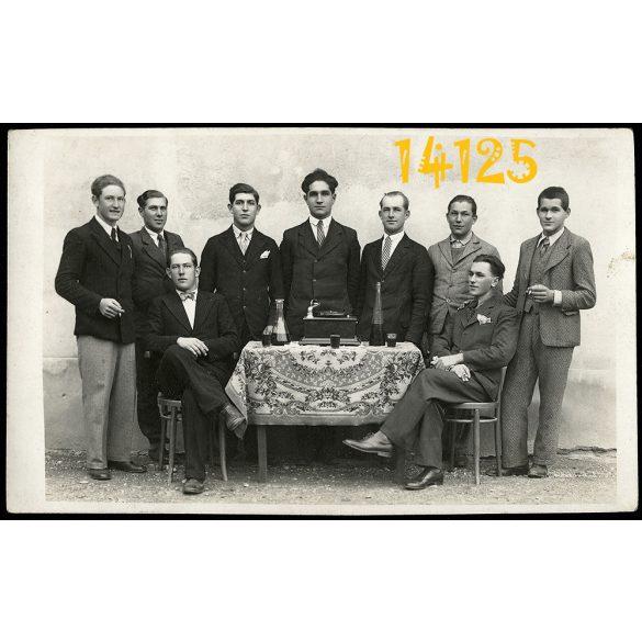 Reiter fényképész, Moson, borozó asztaltársaság gramofonnal, kocsma, vicces, zene, 1910-es évek, Eredeti fotó, papírkép.