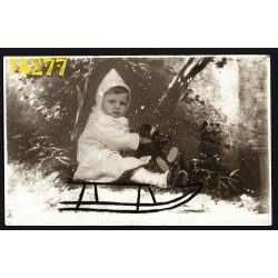 Diskai Moná Lisa műterem, jétékmaci, kislány szánkón, különös háttér, hóesés, Budapest, gyerek, 1920-as évek, Eredeti fotó, papírkép.