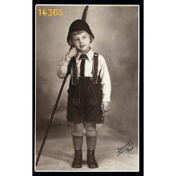Zelesny műterem, Pécs, szignózott, Urvölgyi Stubnya Béla, kisfiú kiránduló ruhában, bőrnadrág, 1933, 1930-as évek, Eredeti fotó, papírkép.