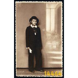 Barna műterem, Szabadka, Újvidék, fiú fehér kesztyűvel, kalapban, különös háttér, Subotica, 1930-as évek, Eredeti fotó, papírkép.