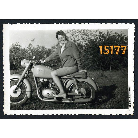 Pannónia de Luxe TLT motorkerékpár, jármű, közlekedés, csinos nő motoron, 1960-as évek, Éberling fotó, eredeti fotó, papírkép.