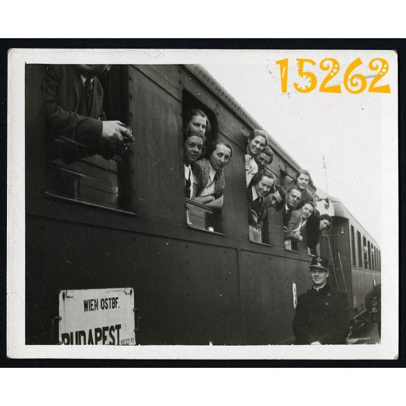 Hegyeshalom, vasútállomás, vonat, kalauz, Budapest-Bécs 1937., jármű, közlekedés. Eredeti fotó, papírkép.