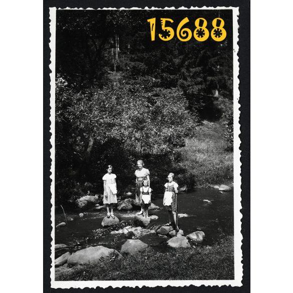 Homoródfürdő (Băile Homorod), Erdély, üdülő, fürdőhely, lányok a patakban,népviselet, 1936. március 23. , 1930-as évek, eredeti fotó, papírkép.
