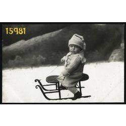 Tőke műterem, Bruck an der Leitha, kisgyerek szánkón, sport, vicces, sapka, 1910-es évek, Eredeti fotó, papírkép.