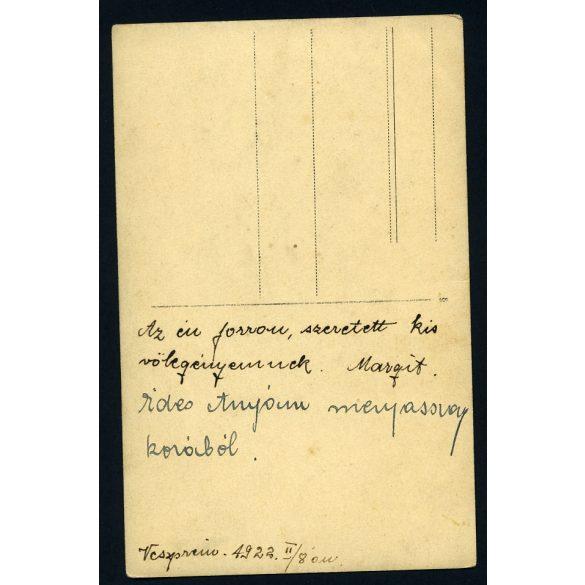 Somogyi műterem, Veszprém, lány téli ruhában, sál, sapka, különös háttér, 1922, 1920-as évek, eredeti fotó, papírkép.