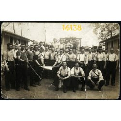 Budapest, IX. kerület, Ferencváros, Mária Valéria telep, férfiak hózentrógerben, egyenruha, 1936.Eredeti fotó, papírkép.