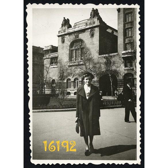 Budapest, Horváth Mihály tér, józsefvárosi telefonközpont, lány, divat, sapka, város,  1939. április 09. Eredeti fotó, papírkép.