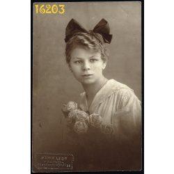 Mona Lisa műterem, lány masnival, virágokkal, portré, 1918, 1910-es évek, Budapest,  Eredeti fotó, papírkép.