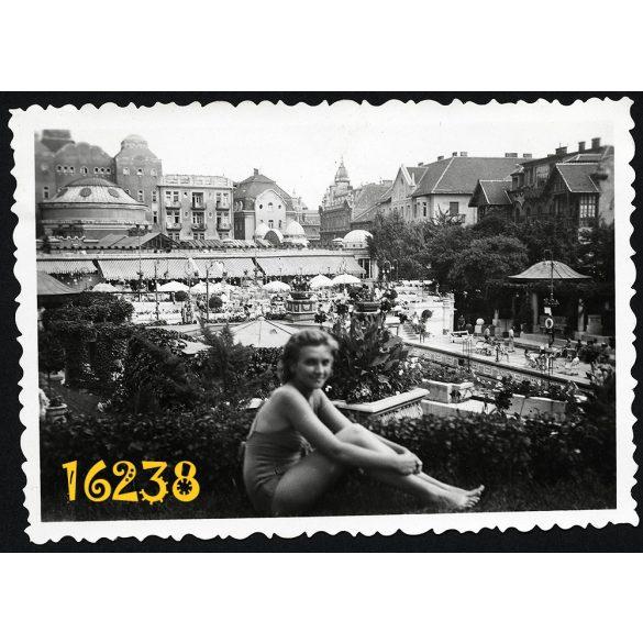 Budapest, Gellért fürdő, lány fürdőruhában, város 1942. VIII. 11. Eredeti fotó, papírkép.