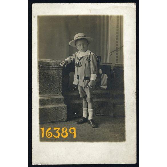Iskolás fiú iskolatáskával, kalap, rövidnadrág, egyenruha, műteremben, 1910-es évek, Eredeti fotó, papírkép.