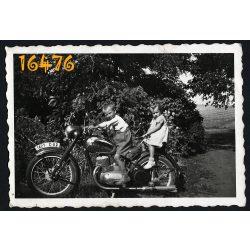Gyerekek Jawa motorkerékpáron, motor, jármű, közlekedés, Csehszlovákia, 1950-es évek, Eredeti fotó, papírkép.