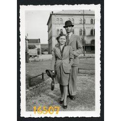 Budapest, Baross tér, Keleti pályaudvar, 72-es Postahivatal 1940-es évek, városkép, elegáns pár, kalap, Eredeti fotó, papírkép.