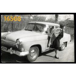 VOLGA szolgálati gépkocsi, elvtársnő, autó, jármű, közlekedés, állami rendszám, szocializmus   1963. Eredeti fotó, papírkép.